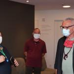 Barbara Fischer begrüßt Konstantin Wecker im Hospiz St. Michael