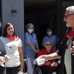 Konstantin Wecker mit Hospizgästen, dem Personal und Barbara Fischer