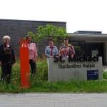 Künstlerin Ingrid Ritterbusch übergibt die Stele an Jutta Benz, Bärbel Reichardt-Fehrenbach, Barbara Fischer